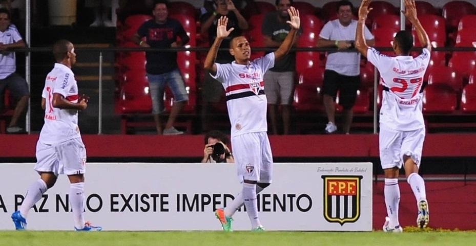 Luis Fabiano comemora o segundo gol marcado diante do Paulista. (Foto: Junior Lago/UOL)