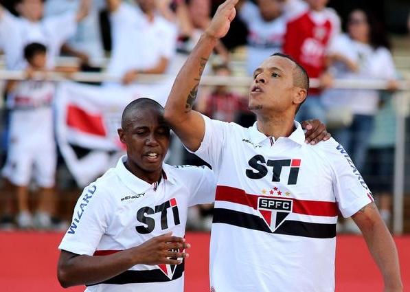 Luis Fabiano comemora seu gol na partida deste domingo.