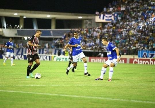 Luis Fabiano tenta passar por zagueiro do CSA em partida realizada em Maceio.  (Foto: Jonathan Lins/G1