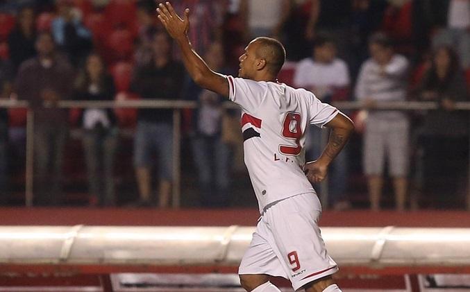 Luis Fabiano marcou seu 17ª gol no ano. (Foto: Rubens Chiri).