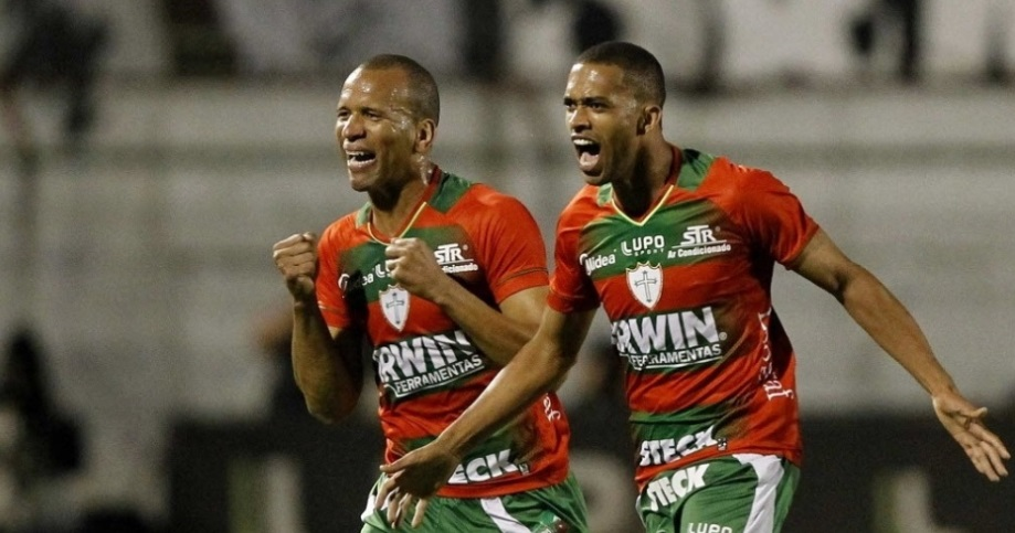 Luis Ricardo (dir.) e Valdomiro comemoram o primeiro gol da Portuguesa na partida contra o Santos (Foto: Reinaldo Canato/UOL)