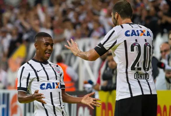 Malcon comemora com Danilo o segundo gol da partida. (Foto: Anderson Rodrigues / FramePhoto)