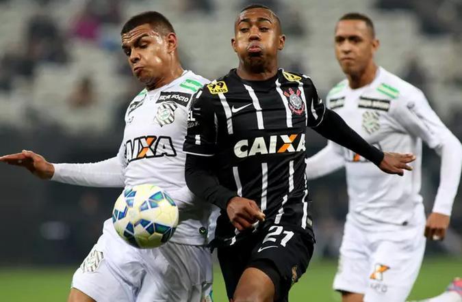 Malcon disputa a bola na Arena Itaquera. Alvinegro venceu mais uma em casa. (Foto: Luís Moura / Gazeta Press)