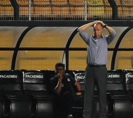 Mano Menezes assiste desolado mais uma derrota alvinegra. 9Junior Lago/UOL)