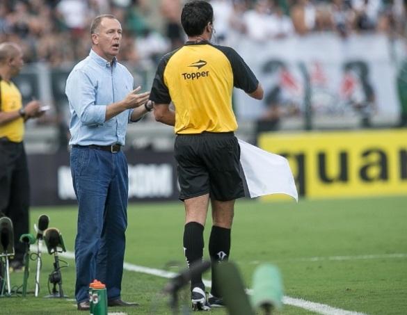 Mano Menezes reclamou muito e foi expulso no final do primero tempo. (Rodrigo Capote/UOL)