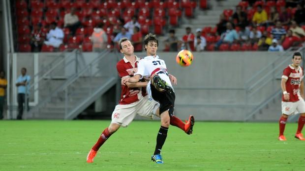 Martinez e Rodrigo Caio disputam bola na Arena Pernambuco. Foto: Aldo Carneiro / Pernambuco Press