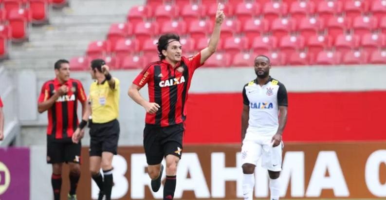 Matheus Ferraz comemora o primeiro gol da partida diante do Corinthians em Recife.  (Foto: Aldo Carneiro / Pernambuco Press)