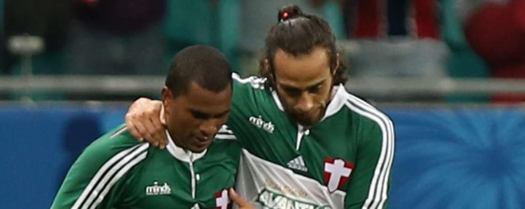 Mazinho e Valdivia comemoram o gol da vitória palmeirense. Foto: Felipe Oliveira / Getty Images