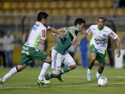 Paraguaio Mendieta esteve muito marcado na partida. Foto: Ricardo Matsukawa / Terra