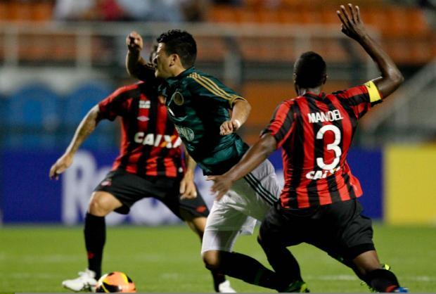 Paraguaio Mendieta sofreu com a forte marcação. Foto: Sergio Barzaghi / Gazeta Press