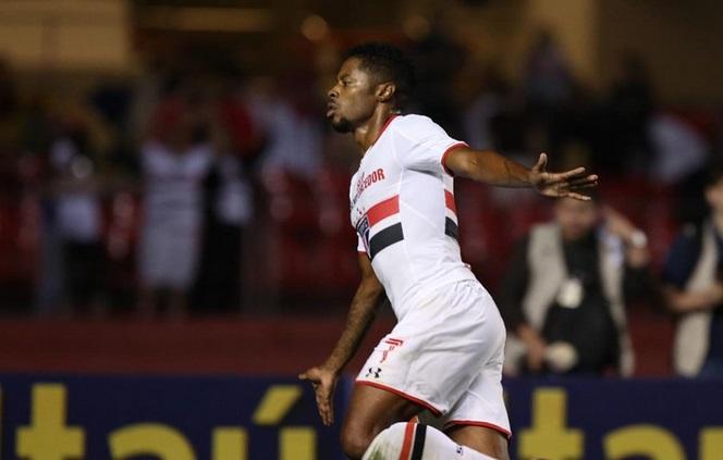 Michel Bastos renovou até 2017 e voou em campo, marcando o seu décimo gol com a camisa tricolor. (Foto: Rubens Chiri).