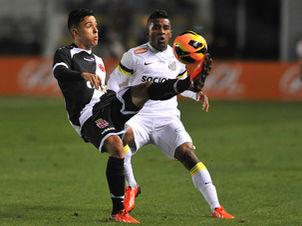 Montoya e Cicinho disputam bola na Vila Belmiro. foto: Ivan Storti / LANCEPress