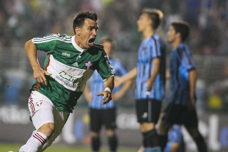 Mouche comemora o gol de empate. Foto: Daniel Vorley / Agif / Gazeta Press