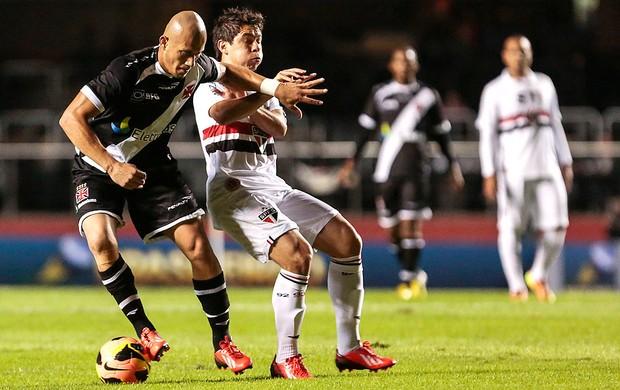 Nei ganha a dividida de Osvaldo em jogo no Morumbi Foto Miguel Schincariol  Ag. Estado