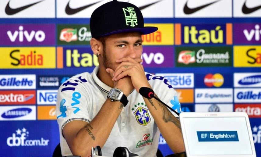 Neymar atento a pergunta de jornalistas durante a entrevista coletiva.  (Foto: Gaspar Nobrega/Vipcomm)