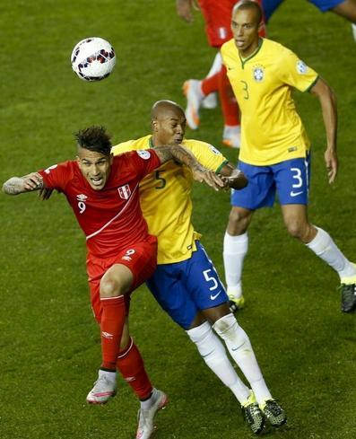 O atacante peruano deu trabalho para a zaga brasileira. (Foto: Carlos Succo/EFE)