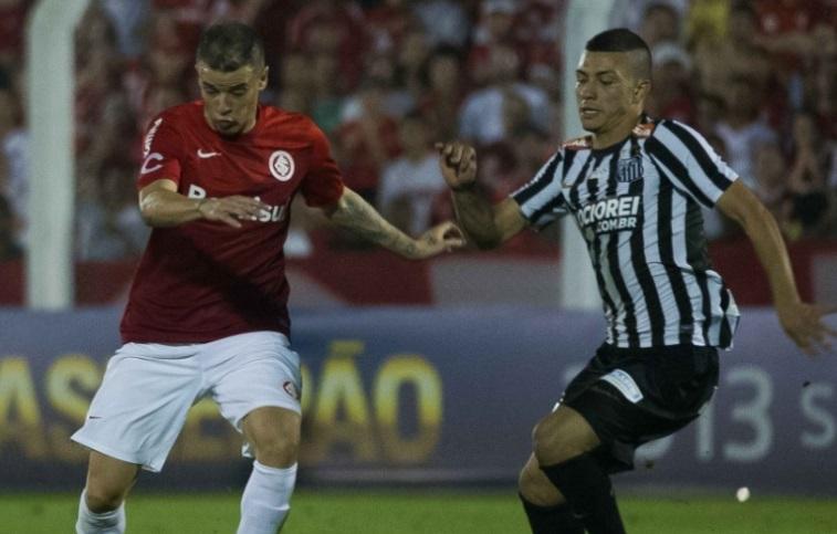 O meia argentino teve dificuldades para criar jogadas de perigo contra o gol santista