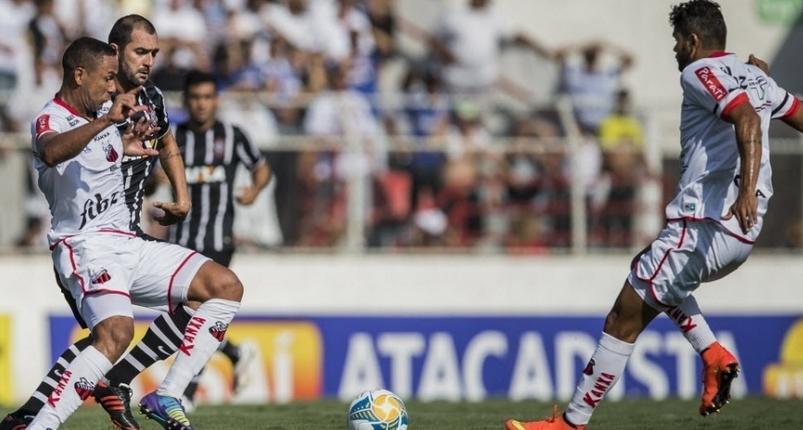 Os jogadores do Ituano tiveram dificuldade para parar o bom meio campo corinthiano. (Foto: Adriano Vizoni/Folhapress)