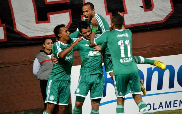 Jogadores comemoram o gol da vitória. Foto: Heuler Andrey / AGIF