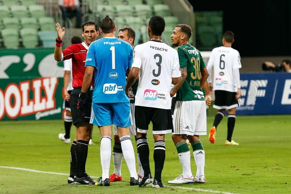 Palmeirenses reclamam gol anulado. Foto: Leandro Martins / Futura Press