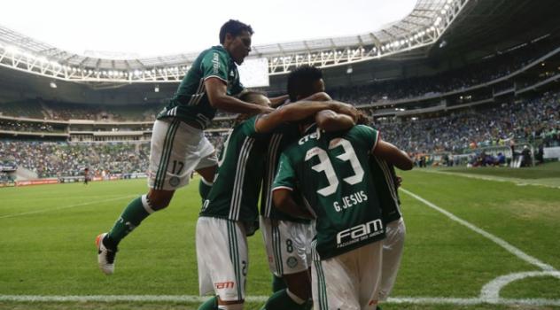 Palmeirenses comemoram um dos gols de Jesus. Foto: Miguel Schincariol / Lancepress