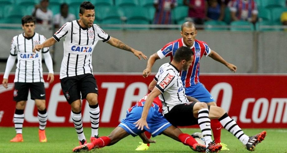 Petrus acompanha de perto a disputa de bola em partida realizada na Fonte Nova, em Salvador. (Foto: Felipe Oliveira/VIPCOMM)