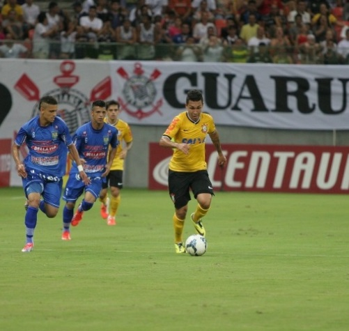 Petrus carrega a bola em contra-ataque. (Foto: Rodrigo Coca / Foto Arena)