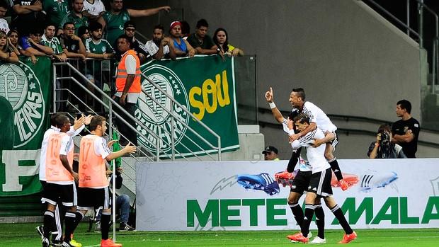 Jogadores da  Ponte comemoram o gol da vitória. Foto: Marcos Ribolli