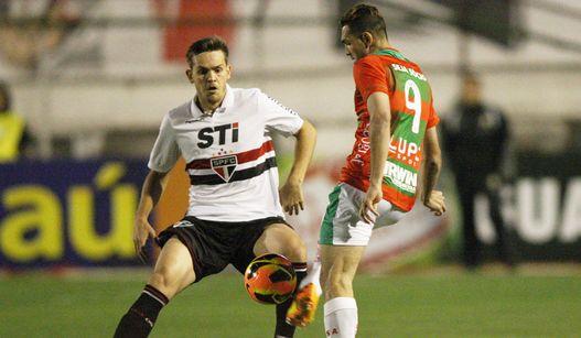 Gilberto disputa bola com Toloi no jogo do desespero. (Foto: Paulo Eduardo Lancenet)