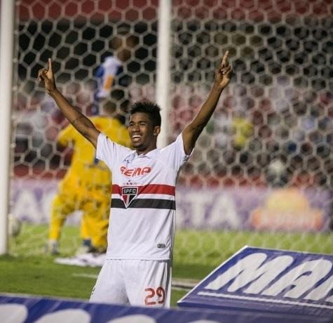 Promessa da base, Ewandro comemora seu primeiro gol como profissional. (Rodrigo Capote/UOL)