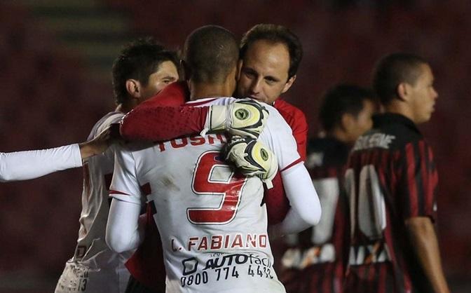 Rogério Ceni comemora com Luis Fabiano o gol de empate Tricolor. (Foto: Rubens Chiri sãopaulo Oficial)