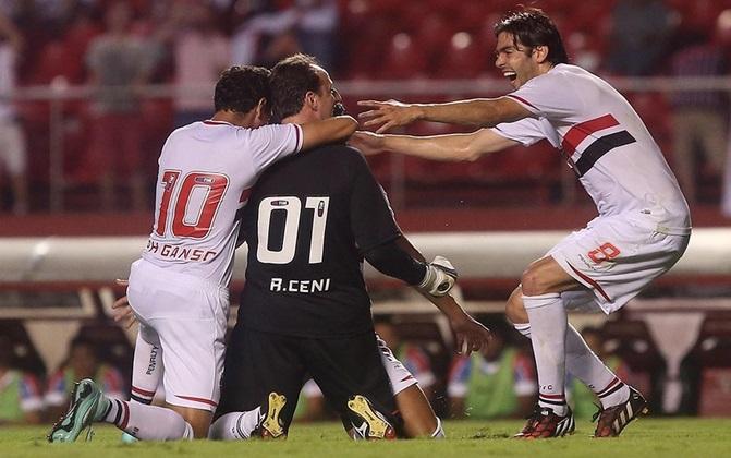 Rogério Ceni comemora seu gol com Ganso e Kaká. (Foto: Rubens Chiri)