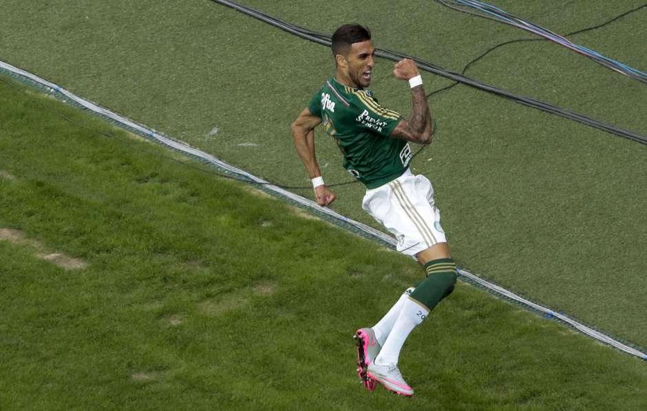 Artilheiro dos clássicos, Rafael Marques comemora o seu terceiro gol contra o tricolor na temporada. Foto: Miguel Schincariol / Gazeta Press