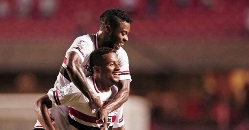 Reinaldo e Michel Bastos comemoram mais um gol tricolor na partida (Foto: Ernresto Rodrigues/Folhapress)