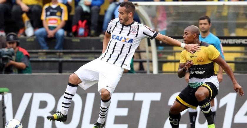 Renato Augusto tenta dominar a bola em partida realizada em SC.  (Foto: Cristiano Andujar/Getty Images)