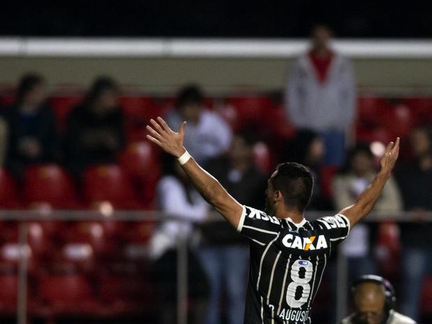 Renato Augusto comemora golaço de cobertura. Foto: Buno Santos / Terra