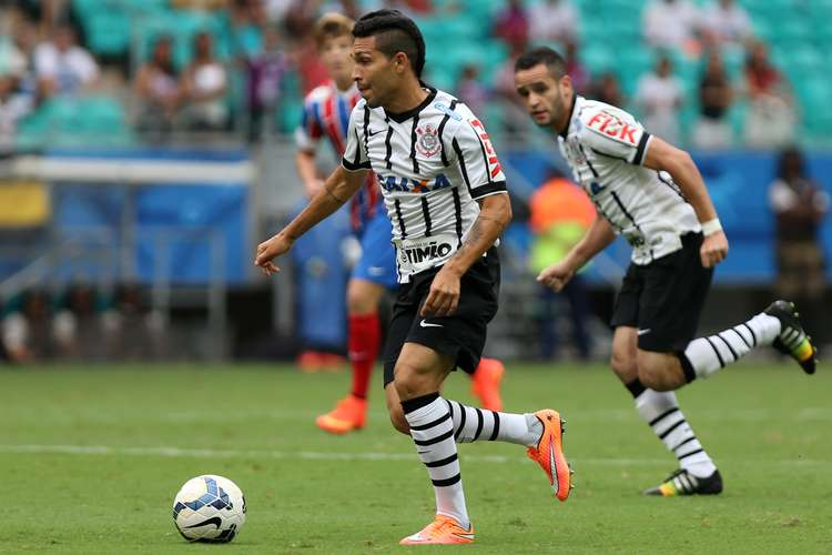 Renato Augusto (ao fundo) marcou o gol da vitória. Foto: Felipe Oliveira / Getty Images