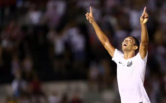Ricardo Oliveira comemora  um dos dois gols marcados na partida contra o Botafogo. (Foto: Thiago Calil / Photopress)