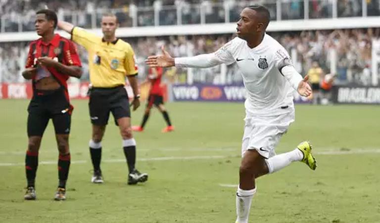 Robinho comemora o primeiro gol da partida contra o Sport. (Foto: Miguel Schincariol / Gazeta Press)