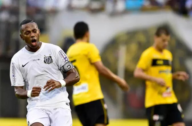 Robinho vibra com o gol marcado por David Braz. (Foto: Fernando Dantas / Gazeta Press)