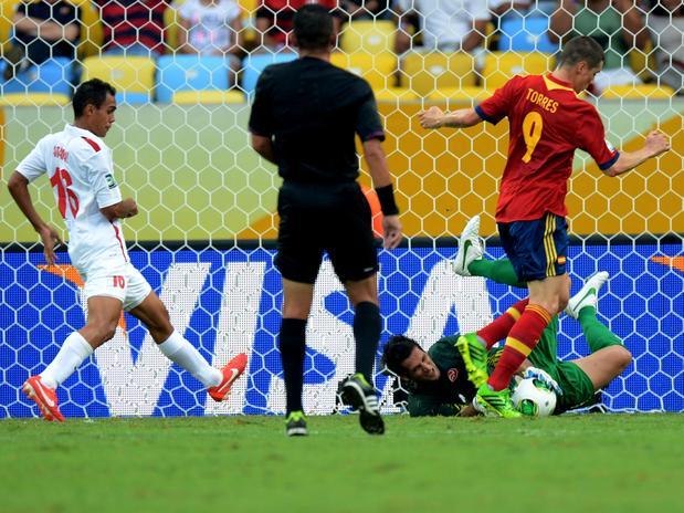 Roche evita mais um gol de Fernando Torres. Foto: Daniel Ramalho / Terra