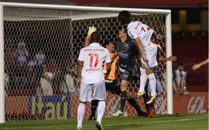Rodrigo Caio abriu o placar para o Tricolor logo aos 8 minutos de cabeça se redimindo do erro no meio de semana. (Foto: Rubens Chiri)