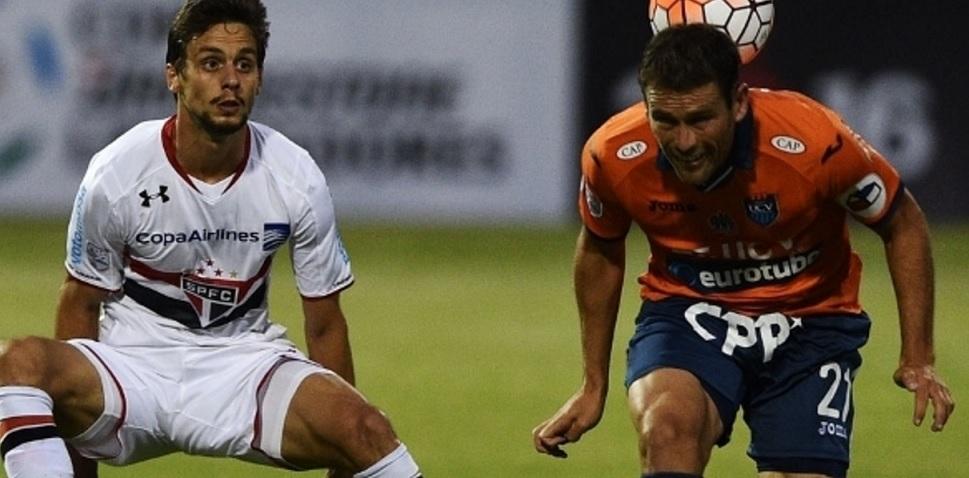Rodrigo Caio disputa a bola na partida contra o Cesar Vallejo. (Foto: Getty)