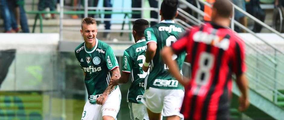Roger Guedes comemora o primeiro gol com a camisa do verdão. Foto: Gazetta Press