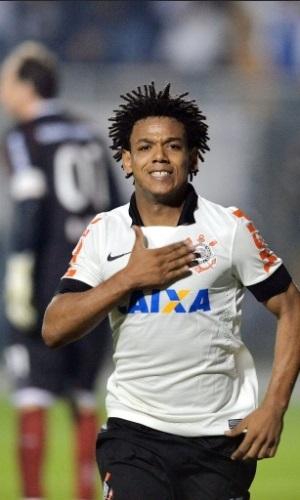 Romarinho comemora gol sobre o São Paulo. AFP PHOTO / NELSON ALMEIDA