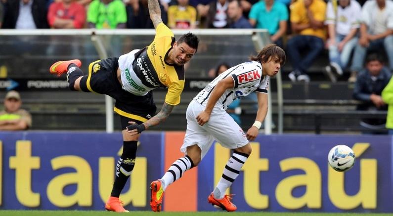 Romero disputa a bola no ataque. O paraguaio mal foi acionado e por isso, pouco participou do jogo. (Foto: Cristiano Andujar/Getty Images)