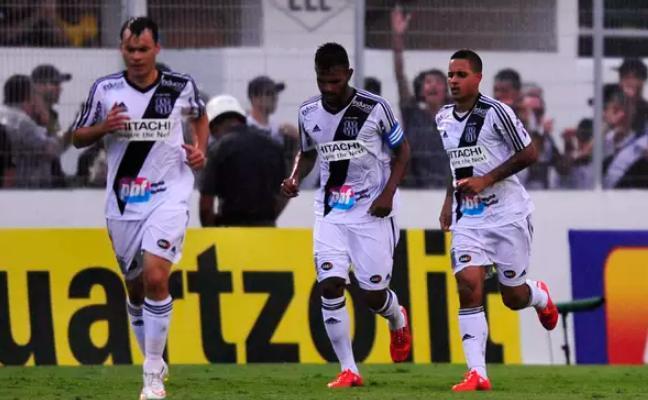 Roni comemora com seus companheiros o gol marcado no primeiro tempo. (Foto: Helio Suenaga / Gazeta Press)