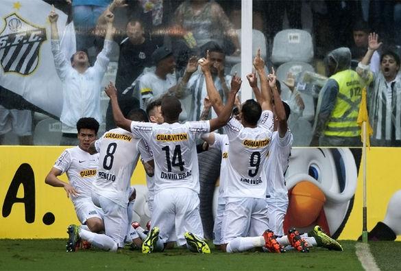 Santistas comemoram na Vila Belmiro. Foto:  Ivan Storti / LANCE!Press