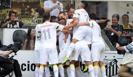Jogadores do Santos comemoram gol de Stefano  Yuri. (Foto: Uol)