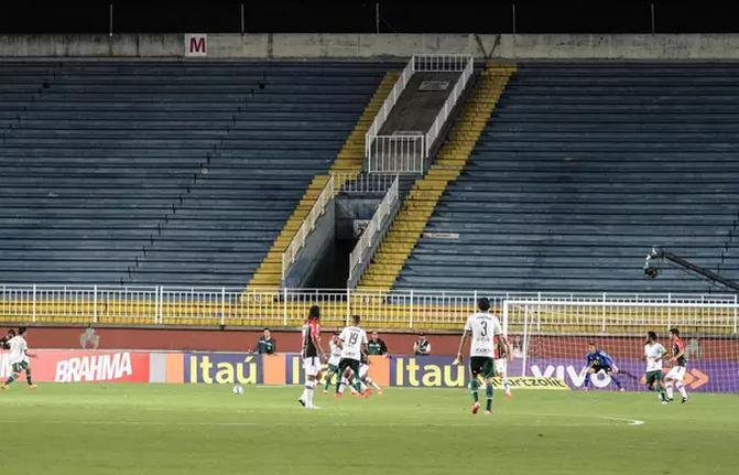 Sem torcida nas arquibancadas e pouco futebol dentro de campo. (Foto: Julia Abdul-Jak/Agência Eleven)